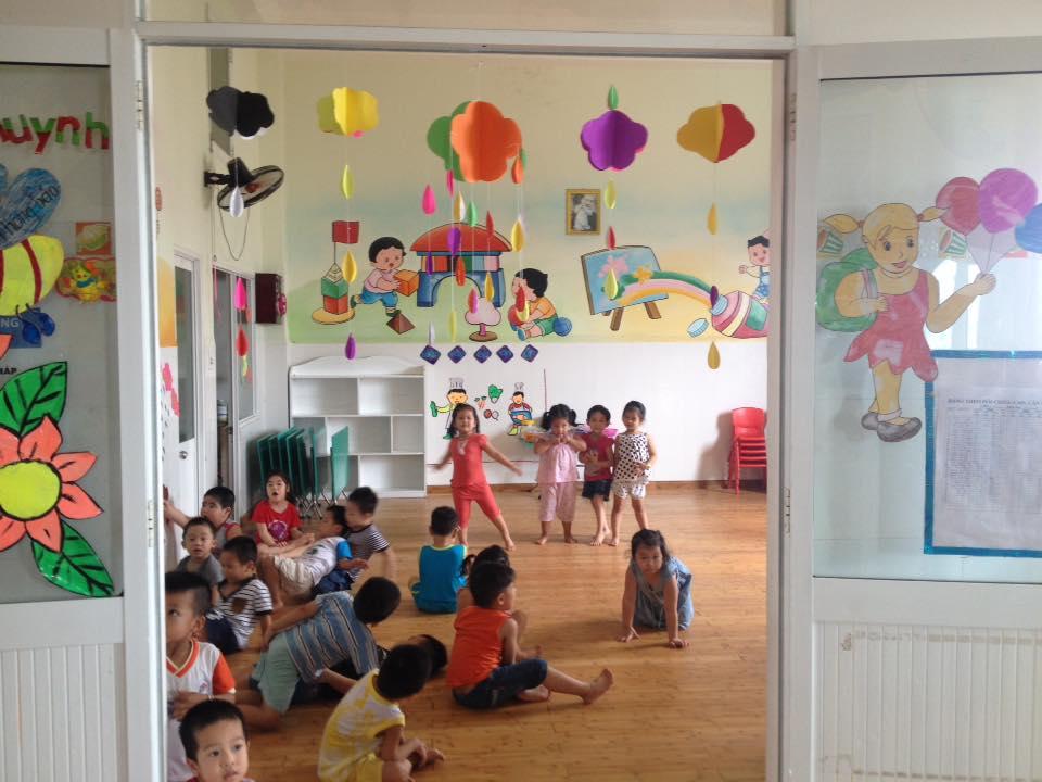 Cửa lớp học được trang trí bằng đèn ông sao và đèn giấy